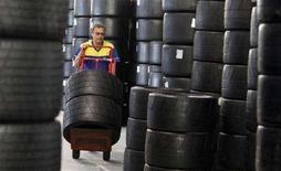 <p>Un operaio dell'azienda francese di pneumatici Michelin in un magazzino di stoccaggio (immagine d'archivio). REUTERS/Regis Duvignau (Francia)</p>