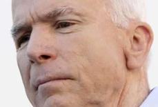<p>John McCain ao visitar um armazém destruído pelo furacão Gustav em Waterville, Ohio. Photo by John Gress</p>