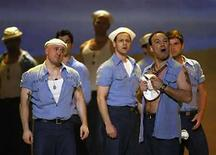 <p>Foto de archivo del elenco de la obra 'South Pacific' cantando durante la entrega 62 de los premios Tony en Nueva York, EEUU, 15 jun 2008. The Rodgers & Hammerstein Organization está en negociaciones con grandes sellos discográficos para venderle su catálogo de musicales de Broadway en entre 150 millones y 200 millones de dólares, según fuentes familiarizadas con el asunto. EMI Music Publishing, Sony/ATV Music Publishing de Sony Corp, Universal Music Publishing de Vivendi y Warner/Chappell Music Publishing están revisando el catálogo que incluye canciones de espectáculos como 'Sound of Music', 'King and I' y 'South Pacific'. (Foto de archivo) Photo by (C) GARY HERSHORN / REUTERS/Reuters</p>