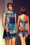 <p>Due modelle sfilano con due creazioni Mila Schon del 1998. REUTERS/Paolo Cocco</p>