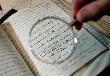 <p>Manoscritto del creatore di Sherlock Holmes, Sir Arthur Conan Doyle, in un'immagine d'archivio. REUTERS/Stephen Hird</p>