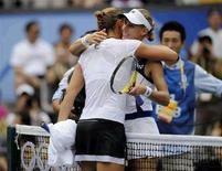 <p>Российские теннисистки Елена Дементьева (справа) и Динара Сафина после финального матча на Олимпиаде в Пекине, 17 августа 2008 года. Сафина и Дементьева в пятницу не смогли выйти в финал теннисного турнира US Open. REUTERS/Toby Melville (CHINA)</p>