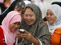 <p>Alcune fedeli musulmane con un cellulare. REUTERS/John Javellana (PHILIPPINES)</p>