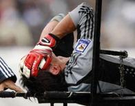 <p>Getafe fica irritado com dirigentes argentinos após lesões. O goleiro argentino Roberto Abbondanzieri é retirado de campo após lesão em partida contra o Paraguai pelas eliminatórias da Copa do Mundo de 2010, em Buenos Aires. 6 de setembro. Photo by Enrique Marcarian</p>