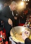 <p>O premiê tailandês Samak Sundarave cozinha durante festival de culinária em Bangcoc. A Corte Constitucional da Tailândia o destituiu do cargo nesta terça-feira por ter apresentado programas de culinária quando já era primeiro-ministro. Photo by Stringer</p>