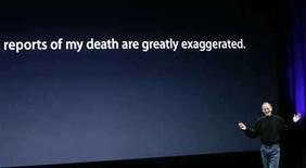 <p>El presidente ejecutivo del fabricante de computadoras Apple Inc, Steve Jobs (en la foto), se rió el martes de reportes que especularon con la fragilidad de su salud, durante la presentación de un nuevo producto. El ejecutivo caminó delante de una pantalla en la que se leía: 'Los reportes sobre mi muerte son muy exagerados.' Photo by Robert Galbraith/Reuters</p>