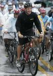 <p>O ciclista norte-americano Lance Armstrong participa de corrida com sul coreanos antes do Tour da Coréia de 2007 em Seul em setembro desse ano. Armstrong abandonará a aposentadoria e participará da edição de 2009 da Volta da França, torneio que venceu sete vezes, afirmou na segunda-feira a revista especializada VeloNews. Photo by Han Jae-Ho</p>