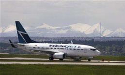 <p>A Westjet airline plane lands at the Calgary International Airport in Calgary, Alberta, June 17, 2008. REUTERS/Todd Korol</p>