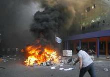 <p>Manifestante boliviano atira garrafa em revolta em Santa Cruz. Photo by Carlos Hugo Vaca</p>