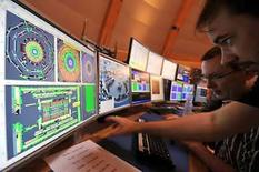 <p>Científicos observan pantallas en el centro de control de CERN en Ginebra, 10 sep 2008. Científicos de la Organización Europea para la Inverstigación Nuclear (CERN, por sus iniciales en inglés) iniciaron el miércoles las operaciones del enorme acelerador de partículas con el cual buscan recrear las condiciones inmediatamente posteriores al 'Big Bang'. Los experimentos en el Gran Colisionador de Hadrones (GCH), un acelerador de partículas que costó 10.000 millones de francos suizos (9.000 millones de dólares) y se construyó debajo de la frontera franco-suiza, podría develar misterios sobre la física y responder interrogantes acerca del Universo y su origen. Photo by Pool/Reuters</p>