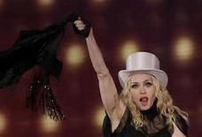 <p>Cientos de fanáticos chilenos de la diva del pop Madonna (en la foto) agotaban el miércoles los boletos para un segundo espectáculo de la cantante estadounidense en el país, tras una polémica venta de su primer show. Madonna realizará los conciertos el 10 y 11 de diciembre en el Estadio Nacional de Santiago, en su primera visita a Chile, como parte de la gira mundial 'Sticky & Sweet Tour', que en América Latina también la llevará a México, Argentina y Brasil. Photo by (C) TOBIAS SCHWARZ / REUTERS/Reuters</p>