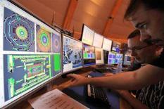 <p>Scienziati nella sala controllo del Cern di Ginevra seguono l'attività dell'acceleratore di particelle. REUTERS/Fabrice Coffrini/Pool</p>