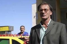 <p>Directores israelíes y palestinos en el Festival Internacional de Cine de Toronto están mirando más allá de los tanques y atentados para busca humanidad en personas comunes y corrientes atrapadas por la violencia. En 'Laila's Birthday', el director palestino Rashid Masharawi explora la vida en un territorio ocupado vista por los ojos de un juez metido a taxista llamado Abu Laila, así como la falta de ley y el caos que lo rodea a él y a su hija. Photo by Reuters (Handout)  Actor Mohamed Bakri (R) appears in a scene from 'Laila's Birthday,' which debuted at the 2008 Toronto International Film Festival, in this undated handout photo. Israeli and Palestinian directors at the Toronto International Film Festival are looking past the tanks, checkpoints and bombings to find humanity in everyday people caught up in the violence. In 'Laila's Birthday,' Palestinian director Rashid Masharawi explores life in an occupied territory as seen through the eyes of a judge-turned-taxi-driver named Abu Laila, and the lawlessness and chaos that surrounds him and his daughter</p>