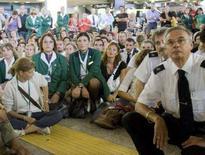 <p>Una manifestazione di dipendenti Alitalia ieri a Fiumicino REUTERS/Chris Helgren</p>