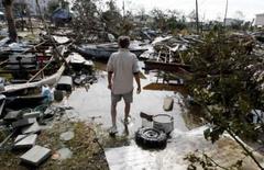 <p>Homem caminha no local onde morava após a passagem do furacão Ike em Galveston, no Texas. Uma enorme operação de resgate está em curso no Texas nesta segunda-feira, enquanto as instalações petrolíferas de Houston tentam retomar suas atividades. Photo by Carlos Barria</p>