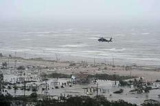 <p>Un helicóptero UH-60 Black Hawk revisa las playas tras el  paso del Huracán Ike en Galveston, Texas, EEUU, 14 sep 2008. Mientras Galveston daba señales el lunes a los residentes restantes para que abandonen la isla de Texas devastada por el huracán Ike, Robert's Lafitte, un bar gay, planeaba un espectáculo de travestis acompañado con la música de Tina Turner. El primero de dos bares que reabrieron sus puertas tras el paso del violento huracán el sábado, Robert's Lafitte, es un refugio en medio a la tormenta para gays, heterosexuales y cualquiera que necesite un lugar para beber y encontrar comodidad. REUTERS/U.S. Air Force Staff Sgt. James L. Harper Jr.  Photo by Reuters (Handout)</p>