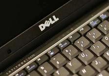 <p>Foto de archivo de un ordenador portátil Dell Latitude D430 en Nueva York, EEUU, 26 ago 2008. El fabricante estadounidense de computadoras Dell Inc dijo el martes que sus clientes están reduciendo aún más sus gastos en tecnología, lo que provocó que sus acciones cayeran más de un 7 por ciento. Dell, el segundo mayor fabricante de computadoras del mundo después de Hewlett-Packard, ya había sido golpeado por la desaceleración en las compras de los clientes. (Foto de archivo) Photo by (C) BRENDAN MCDERMID / REUTERS/Reuters</p>
