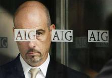<p>Un uomo all'ingresso di una sede di American International Group (AIG) a New York. REUTERS/Lucas Jackson</p>
