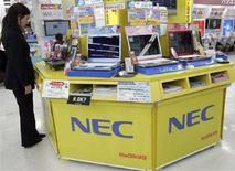 <p>Alcuni portatili Nec. REUTERS/Yuriko Nakao (JAPAN)</p>