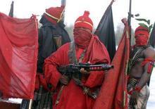 """<p>Нигерийские боевики """"Движения за освобождение дельты реки Нигер"""" патрулируют устье реки Бонни 18 июля 2008 года. Нигерийские боевики """"Движения за освобождение дельты реки Нигер"""" взорвали в среду крупнейший в регионе нефтепровод, сообщила организация в среду. REUTERS/George Esiri (NIGERIA)</p>"""