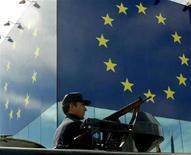 <p>Сотрудник испанской полиции за орудием БТР за несколько дней до начала саммита ЕС в Барселоне 14 марта 2002 года. Миссию наблюдателей Европейского союза (ЕС) в Грузии численностью 200 человек возглавит немецкий дипломат Хансйорг Хабер. REUTERS/Sergio Perez</p>