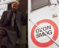 <p>Немецкий министр по охране окружающей среды Юрген Триттин стоит рядом со знаком, призывающим сократить выбросы выхлопных газов, в Гамбурге 20 мая 1999 года. Озоновая дыра над Антарктидой уже превысила размеры, зафиксированные в 2007 году и будет продолжать увеличиваться еще в течение нескольких недель, сообщило во вторник метеорологическое агентство США. REUTERS/PETER MUELLER</p>