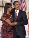 <p>O candidato democrata a presidente dos Estados Unidos, Barack Obama (dir) abraça sua esposa Michelle, na Convenção Democrata em Denver, no dia 28 de agosto. Ela e a cantora Fergie estão entre as mulheres mais bem vestidas de 2008. Photo by Mike Segar</p>