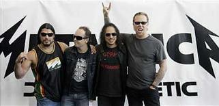 <p>Los integrantes de Metallica posan durante la presentación de su nuevo álbum 'Death Magnetic' en Berlín, 12 sep 2008. El primer álbum de Metallica en cinco años se disparó el miércoles al número uno de la lista de discos más exitosos en Estados Unidos, mientras que fracasó el debut de la cantante Jessica Simpson en el country y la nueva entrega del icono del hip-hop LL Cool J. 'Death Magnetic', el último disco de la banda de rock pesado Metallica, vendió 490.000 copias en la semana que finalizó el 14 de septiembre, según datos de Nielsen SoundScan. Photo by (C) HANNIBAL HANSCHKE / REUTERS/Reuters</p>