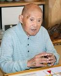 <p>El hombre más viejo del mundo cumplió el jueves 113 años, y festejó contándole a periodistas en su casa en el sur de Japón sobre su vida feliz y su saludable apetito. 'Soy feliz', dijo Tomoji Tanabe (en la foto), tras recibir de manos del alcalde de su pueblo un ramo de flores y una taza de té gigante con su nombre y su fecha de nacimiento escritos en ella. 'Estoy bien. Como un montón', agregó el anciano. Photo by Kyodo/Reuters</p>
