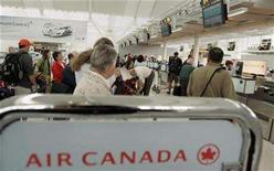 <p>Air Canada passengers wait in line to check baggage at Pearson International Airport in Toronto in this June 17, 2008 file photo. The airline has dropped an extra fee for checking a second piece of baggage on its flights because fuel prices have moderated from record levels, the country's biggest airline said on Thursday. REUTERS/ Mike Cassese</p>