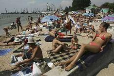 <p>Foto de archivo de gente tomando Sol en el puerto de Berdyansk en el mar de Azov, Ucrania, 6 ago 2008. No existe tal cosa como un 'bronceado seguro', indicaron el jueves investigadores británicos. Los expertos dijeron en su revisión de estudios publicados que el bronceado y el cáncer de piel comienzan ambos con un daño en el ADN causado por la exposición a rayos ultravioletas, pero muchas personas, especialmente los jóvenes, ignoran o desconocen este peligro en su afán por un cuerpo bronceado. (Foto de archivo) Photo by (C) STRINGER RUSSIA / REUTERS/Reuters</p>