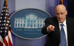 <p>Il segretario del Tesoro Usa Henry Paulson alla Casa Bianca. REUTERS/Jim Young</p>