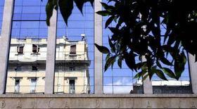 <p>Il palazzo del ministero dell'Economia riflesso nelle vetrate della Banca d'Italia. REUTERS/Alessandro Bianchi</p>