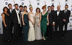 <p>El elenco de la serie 'Mad Men' posan durante la ceremonia de los premios Primetime Emmy Awards en Los Angeles, 21 sep 2008. Dos dramas que muestran períodos históricos de Estados Unidos se aseguraron el domingo un lugar en los libros de los records de los premios Emmy a la televisión, mientras que '30 Rock', una satira sobre una cadena televisiva, fue la gran ganadora entre las comedias. 'Mad Men', la nueva serie de AMC aclamada por la crítica que muestra el trasfondo de la industria publicitaria en la cúspide de la revolución social de la década de 1960, se convirtió en el primer programa de una cadena de cable que no es HBO en ganar un Emmy a mejor serie dramática. Photo by Mike Blake/Reuters</p>