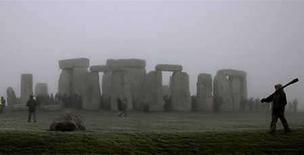 <p>Foto de archivo de la llegada del solsticio de invierno en el hemisferio norte en el monolito de Stonhenge en Salisbury Plain, Inglaterra, 22 dic 2006. Un equipo de arqueólogos investiga los secretos de Stonehenge, el monumento prehistórico más famoso de Gran Bretaña, dijo el lunes que el lugar pudo haber sido un centro de peregrinaje para personas enfermas que creían que sus piedras tenían cualidades curativas. Siempre ha sido un misterio por qué las piedras de arenisca azulada, las más pequeñas del círculo, fueron transportadas unos 250 kilómetros desde Preseli Hills, en Gales, hasta Wiltishire, en el sur de Inglaterra. (Foto de archivo) Photo by (C) KIERAN DOHERTY / REUTERS/Reuters</p>