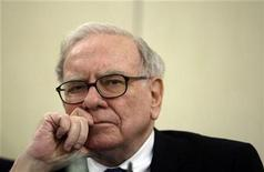 <p>U.S. Investor Warren Buffett listens to a question during a news conference in Madrid May 21, 2008. REUTERS/Andrea Comas</p>