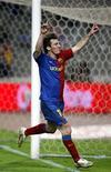 <p>Atacante do Barcelona Messi comemora gol marcado contra Espanyol na vitória de 2 x 1 do Barça, neste sábado. REUTERS/Albert Gea</p>
