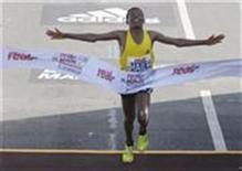 <p>Il maratoneta etiope Haile Gebrselassie taglia il traguardo della maratona di Berlino stabilendo il nuovo record mondiale. REUTERS/Johannes Eisele (GERMANY)</p>