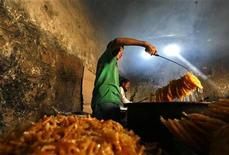 <p>Afghans prepare special sweets to be taken for breaking fast on the first day of the holy month of Ramadan in Kabul September 1, 2008. REUTERS/Ahmad Masood</p>