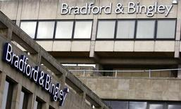 <p>Gran Bretaña nacionalizó el lunes Bradford & Bingley, con lo que el prestamista hipotecario pasa a ser el segundo banco estatalizado este año en medio de una profundización de la crisis financiera global. En la imagen, una sede de Bradford & Bingley el 29 de septiembre en Inglaterra. REUTERS/Phil Noble</p>