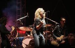 <p>Foto de archivo de la presentación del ex vocalista de Led Zeppelin, Robert Plant, en el festival musical Exit en Novi Sad, Serbia, 12 jul 2007. El vocalista de la banda Led Zeppelin, Robert Plant, desmintió los persistentes rumores sobre una posible gira de reunión de los gigantes del rock. El grupo se reunió para una presentación benéfica en diciembre en Londres y los medios han especulado desde entonces con que los músicos se embarcarían en una gira, que se esperaba agotara las localidades en los escenarios alrededor del mundo. REUTERS/Marko Djurica</p>