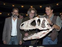 <p>De izquierda a derecha: los paleontólogos Ricardo Martínez, Oscar Alcocer y Paul Sereno muestran una réplica de un Aerosteon riocoloradensis, descubierto en Mendoza, Argentina, 29 sep 2008. REUTERS/Paulo Paez</p>