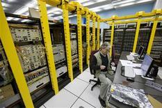 <p>Un científico trabaja en el centro de redes computacionales CERN LHC en Ginebra, 3 oct 2008. El CERN, el mayor laboratorio de física de partículas y creador de internet, lanzó el viernes una nueva red de computadoras que permitirá que miles de científicos de todo el mundo accedan a los datos de sus enormes experimentos. REUTERS/Valentin Flauraud</p>