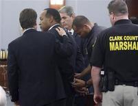 """<p>O ex-astro do futebol americano O. J. Simpson, inocentado da acusação de duplo assassinato, no chamado """"Julgamento do Século"""", nos anos 1990, é escoltado por policiais após o julgamento, Ele foi considerado culpado das acusações de envolvimento em um caso de sequestro e furto, na sexta-feira. REUTERS/Steve Marcus</p>"""