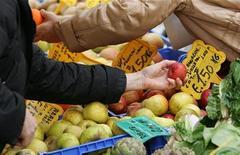 <p>Un banco di frutta e verdura in un mercato della capitale. REUTERS/Max Rossi</p>