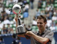 <p>O tcheco Tomas Berdych posa com o troféu conquistado no campeonato Aberto do Japão, em Tóquio, neste domingo. Ele venceu o argentino Juan Martin Del Potro por 6-1 e 6-4. REUTERS/Kim Kyung-Hoon</p>