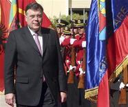 <p>Премьер-министр Исландии Гейр Хорде проводит смотр гвардии в столице Албании Тиране,26 августа 2008 года Центральный банк Исландии заявил во вторник, что Россия согласилась предоставить стране кредит на четыре миллиарда евро ($5,4 миллиарда), однако министерство финансов РФ опровергло эту информацию. REUTERS/Arben Celi (ALBANIA)</p>