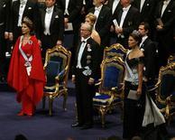<p>Королевская семья Швеции присутствует на церемонии вручения Нобелевской премии 2007 года в Стокгольме Лауреатами Нобелевской премии по физике 2008 года стали японские ученые Макото Кобаяси и Тосихида Маскава, а также уроженец Японии, гражданин США Йоитиро Намбу, сообщила во вторник Шведская королевская академия наук. REUTERS/Stoyan Nenov (SWEDEN)</p>