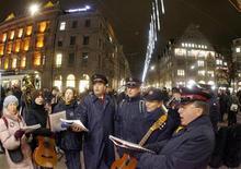 <p>Foto de archivo de miembros del Ejército de Salvación cantando villancicos en la plaza Paradeplatz de Zurich, Suiza, 14 dic 2007. REUTERS/Arnd Wiegmann</p>