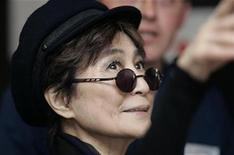 <p>Artist Yoko Ono looks up during a visit to Alder Hey hospital in Liverpool, northern England May 25, 2007. REUTERS/Nigel Roddis</p>